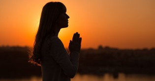 60522-woman-praying-sunset-thinkstockphotos-6713340.1200w.tn